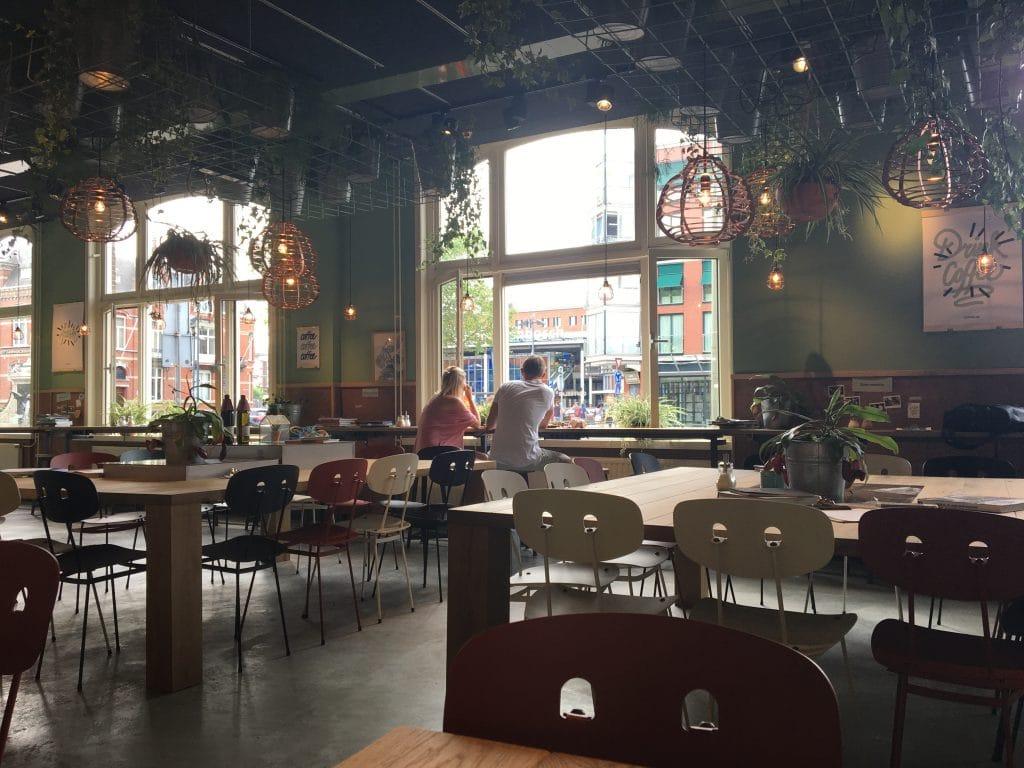 coffeelab den Bosch met uitzicht op het station